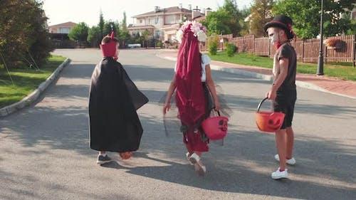 Kinder in Halloween-Kostümen Trick-oder-Behandlung