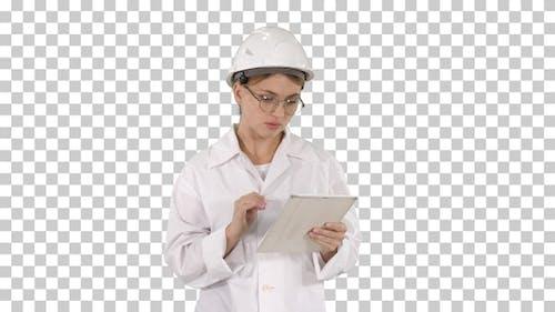 Nachdenkliche nachdenkliche junge Ingenieur arbeitet mit ihrem Tablet,