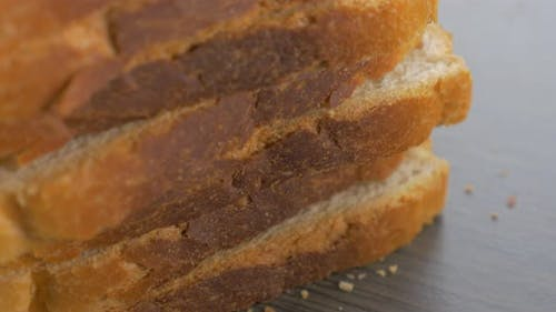 Stücke von Toasten Brot auf Holztisch 4K 2160p UHD langsam kippen Filmmaterial angeordnet - Sandwich toa