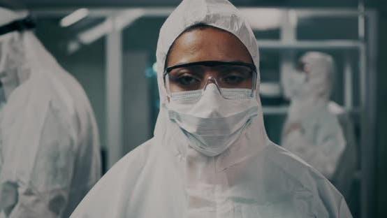 Ethnischer Arzt im Hazmat-Anzug