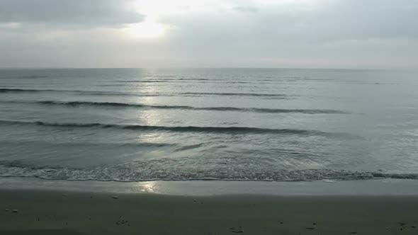 Thumbnail for Zeitraffer der Weiten Meereslandschaft unter bewölkter Skyline. Ozean Flut Wellen auf sandigem Ufer