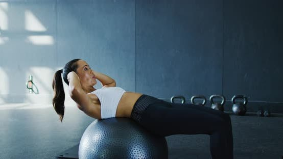 Thumbnail for Woman Doing Situps in the Gym