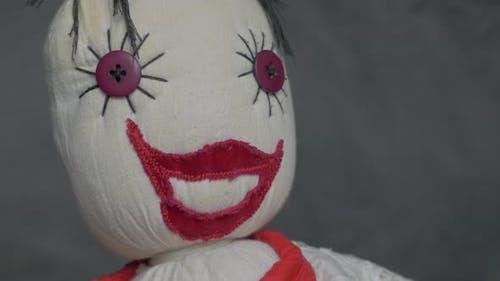 Gruselige lächelnde Puppe aus Baumwolle und Samt langsam schwenken 4K 2160p UltraHD Filmmaterial - Misteri