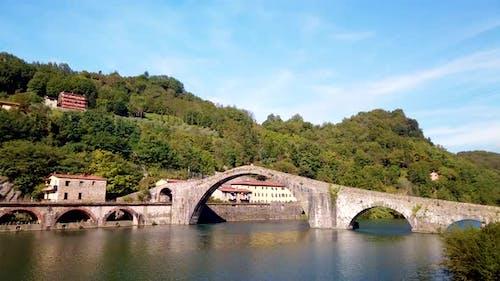 Arch Brücke auf dem Fluss
