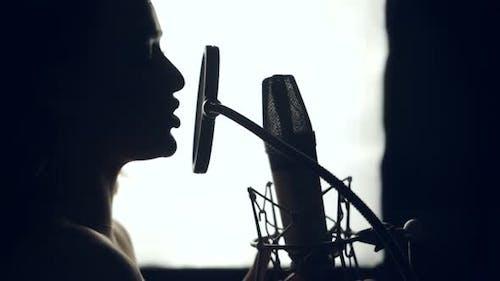 Silhouette Frau singt ein Lied