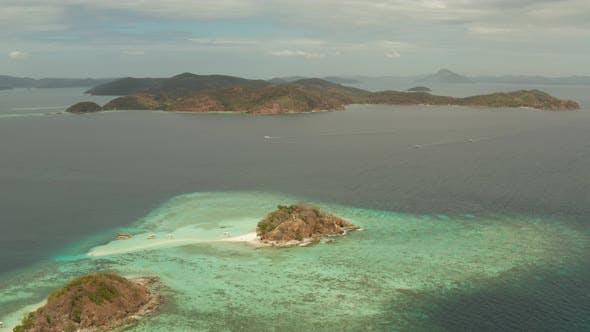 Thumbnail for Kleine Torpic Insel mit einem weißen Sandstrand, Blick auf die Stadt.