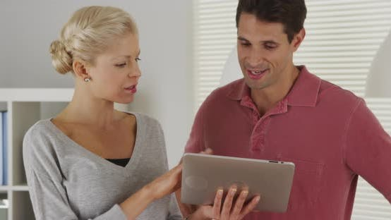 Thumbnail for Glückliche Geschäftskollegen im Gespräch mit Tablet