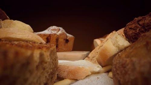 Sortiment von frischem Brot und Bäckerei auf dem Tisch Zoom in Video