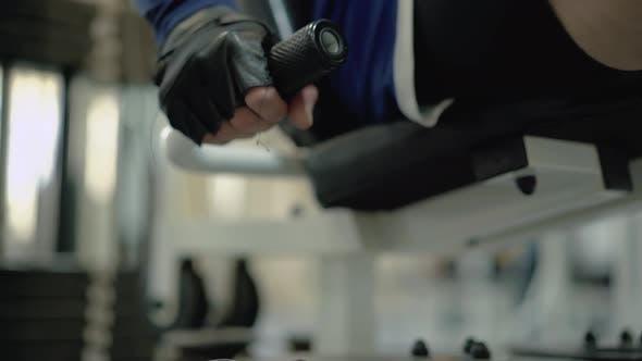 Person führt eine Übung durch, um die Muskeln der Beine zu stärken 5