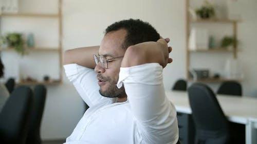 Erschöpfte African American Arbeiter Liegen in Stuhl