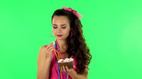 Thumbnail for Schöne Frau mit Vergnügen Essen süß weiß Marshmallow Während Genießen