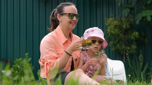 Frau und Tochter genießen Wochenende im Landhaus