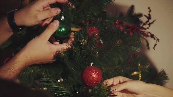 Familie schmücken Weihnachtsbaum hautnah