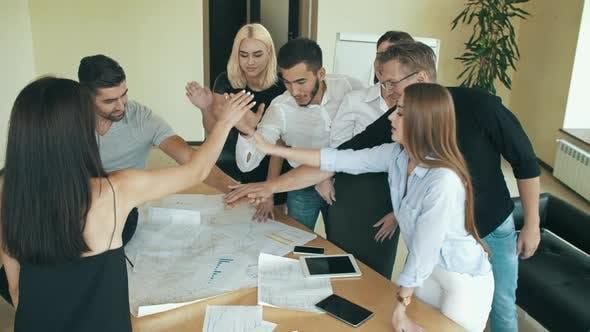 Thumbnail for Geschäftsleute verbinden sich Hand zusammen