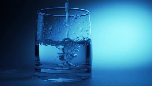 Thumbnail for Süßes reines Wasser aus der Flasche in ein Glas auf den Tisch gießen, Gesundheits- und Ernährungskonzept,
