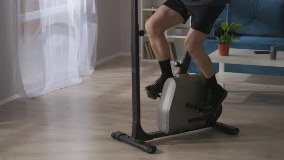 Training mit Exercycle für Wellness und Gesundheit Nahaufnahme der Beine eines Mannes mittleren Alters beim Sport bei