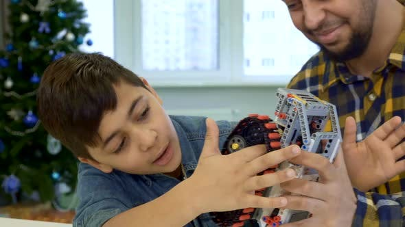 Thumbnail for Junge setzt seinen Zeigefinger unter die Spur von Spielzeug ATV