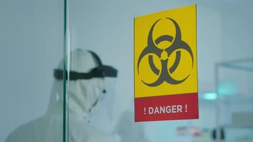 Team von Wissenschaftlern im Overall erforscht Virusmutationen, die in der Gefahrenzone arbeiten