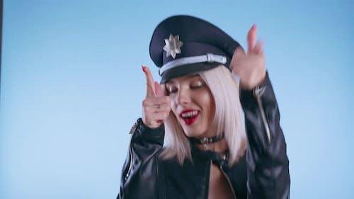 Frau als Polizist verkleidet und tanzend