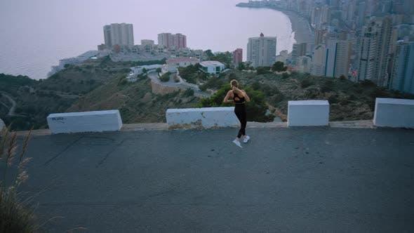 Thumbnail for Starke Passform Sportlerin Run über die Stadt bei Sonnenaufgang