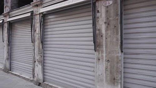 eine Linie von grauen Garagen