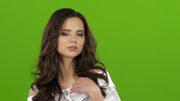 Thumbnail for Mädchen flirtet sexuell, beißt ihre Lippe und zwinkert. Grüner Bildschirm. Nahaufnahme