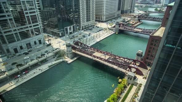 Zeitraffer Chicago Bridge Boote bewegen sich entlang des Flusses