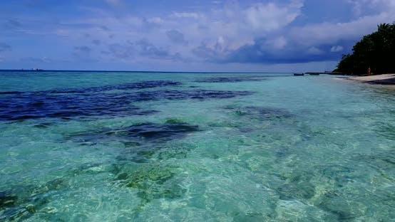 Thumbnail for Schöne Fliege über abstrakte Aufnahme von einem weißen Paradies Strand und blauem Meer Hintergrund in lebendigen