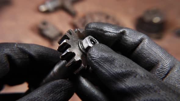 Thumbnail for Schweres Maschinenteil in Händen