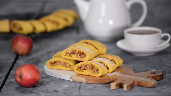 Thumbnail for Sprinkle Apple Cookie mit Puderzucker, frischen hausgemachten leckeren Apfelkeksen und Tasse heißen Tees