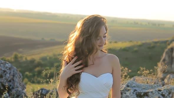 Schönes Mädchen mit langem gewelltem Haar Mädchen mit lockigem Haar