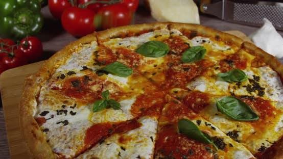 Frisch gebackene Margherita Pizza 87b
