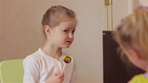 Little Girl Essen sauer