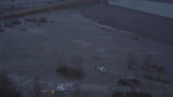 Lufthubschrauber erschossen über Alaskan-Tal, über Wälder, Flüsse, Berge im Hintergrund, Drohne foo