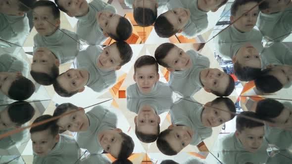 Kind in einem Kaleidoskop-Tunnel.