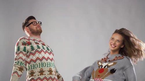 Glückliches Paar in Weihnachten hässlich Pullover Tanzen 26