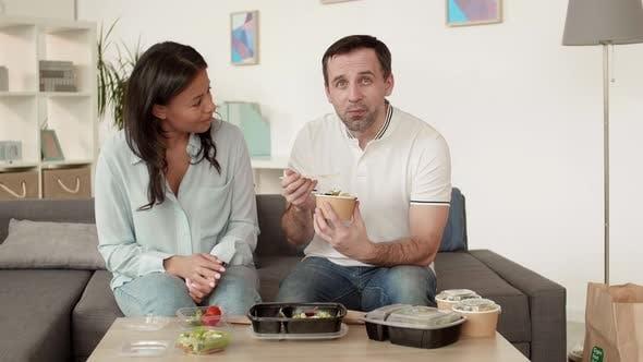 Thumbnail for Multiethnische Paar Essen geliefert Essen
