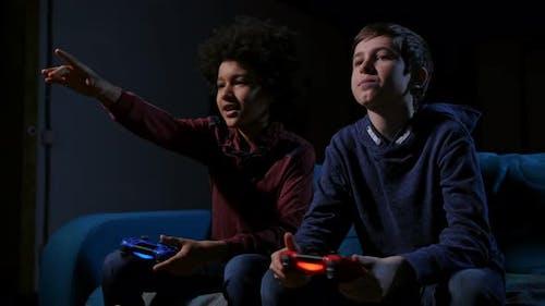 Wettbewerb der Teens spielen Video spielkonsole