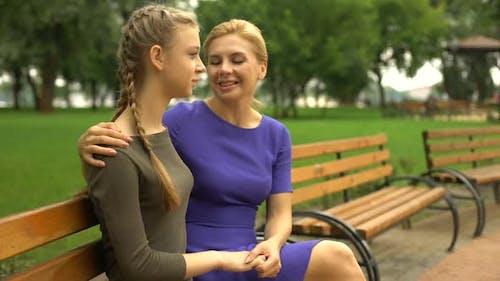 Mutter unterstützt ihre Tochter, teilt ihre Lebenserfahrung, Girlish Secrets