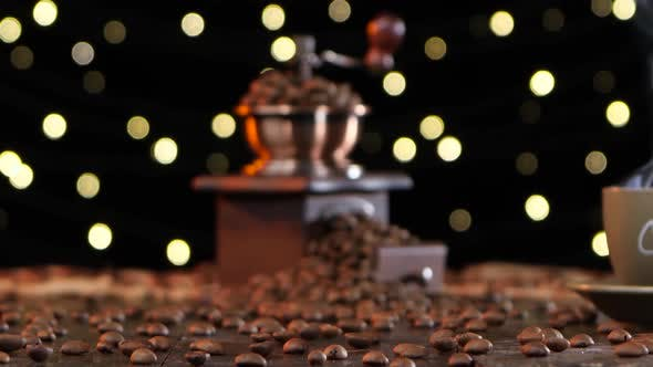Verschwommenes Schießen. Kaffeemühle und Tasse Heißgetränk mit Rauch