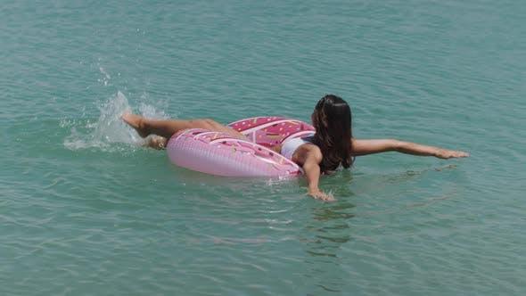 Женщина в море на резиновое кольцо