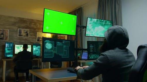 Team von Hackern, die einen gefährlichen Virus für Cyberkriminalität machen