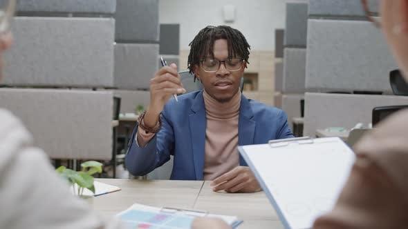 Thumbnail for Männlicher afroamerikanischer CEO Treffen mit Mitarbeitern