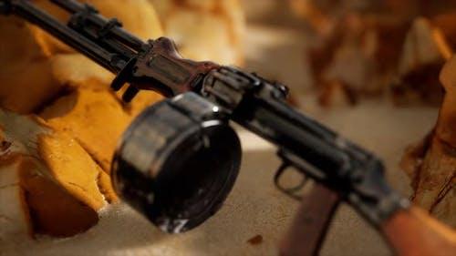 Maschinengewehr am Sand