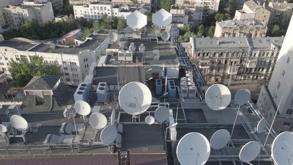 Thumbnail for Kiew, Ukraine: Fernsehantennen auf dem Dach des Gebäudes. Antenne. Flach, Grau