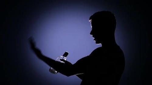 Sehr betrunkener Mann trinkt Wodka. Hintergrundbeleuchtung. Zeitlupe
