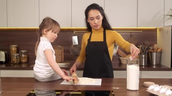 Familie backen in der Küche