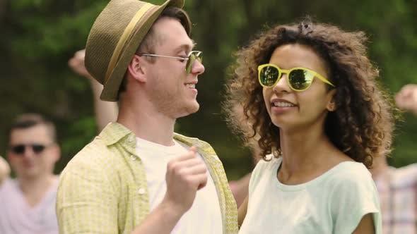 Thumbnail for Emotionen fröhlicher junger Menschen tanzen zur Musik, Umarmung auf Party, Glück