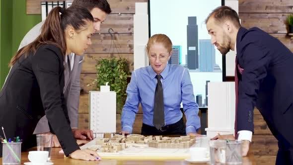 Thumbnail for Geschäftsmann im Anzug im Konferenzraum im Gespräch mit dem Architektenteam