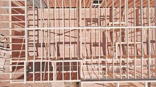 Neubau des Balkenbauhauses hat den Boden nach oben gerahmt